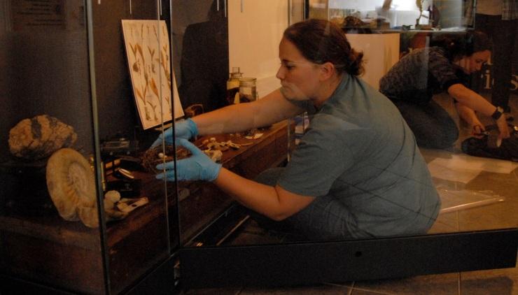 Amoret Spooner (left)  and Zoë Simmons (right) dismantling the exhibition (photo: Keiko Ikeuchi, MHS)